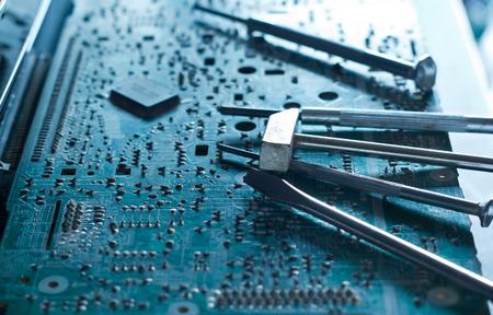 componentes: De mesa y herramientas de reparaciones electrónicas tonos azul concepto