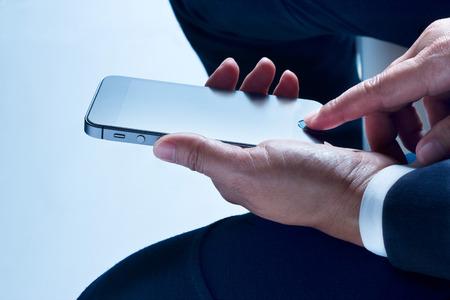 Geschäftsmann sitzen mit gemächlichen Smartphone