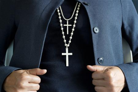 kruzifix: Halskette weißes Kreuz am Hals Lizenzfreie Bilder