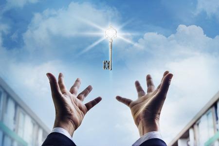 llave de sol: Manos de un hombre de negocios que llegan a la clave hacia el éxito, conept negocio Foto de archivo