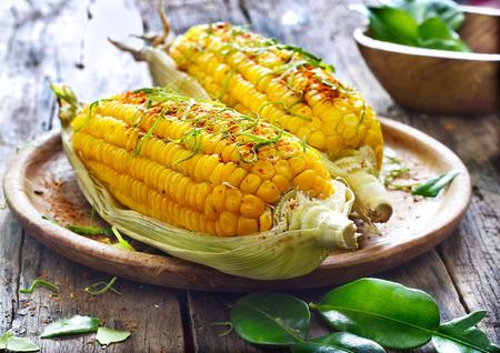 maíz: Al vapor ma�z dulce poco con hierba ingrediente en plato de madera