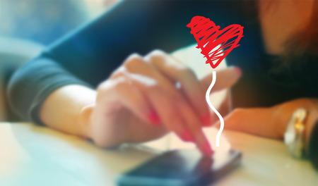 カラフルな女性の携帯電話のソフト上のボーイ フレンドとぼかしの概念とのチャットを再生