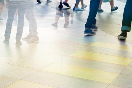 abstrakten Menschen auf die Straße zu Fuß in der Stadt, Pastell und blur Konzept, leere Text