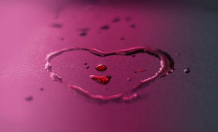 forme: l'eau animée tombe en forme de coeur sur fond violet