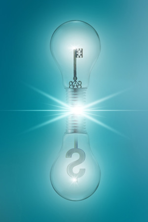 signos de pesos: el concepto de idea con claves y signos de d�lar en bombillas gemelas reflexionar sobre un fondo azul Foto de archivo