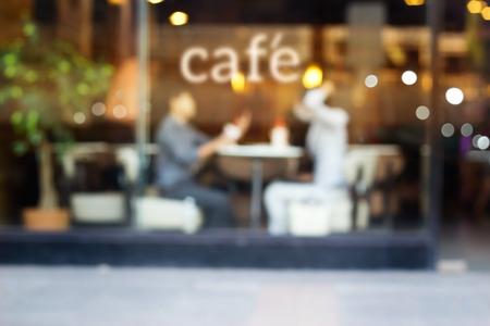 ソフト コーヒー ショップと、鏡の前でテキスト カフェの人々 を抽象化し、概念をぼかし