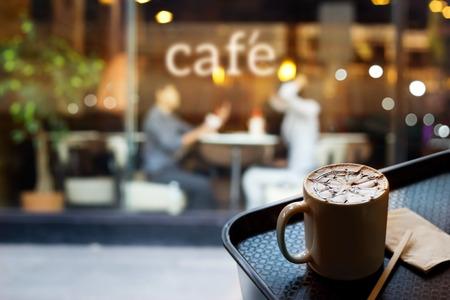 puertas de madera: Gente abstracta en la tienda de café y café texto en frente del espejo, el concepto blando y desenfoque Foto de archivo