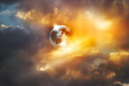 completos: luna llena roja en el cielo vibrante colorido