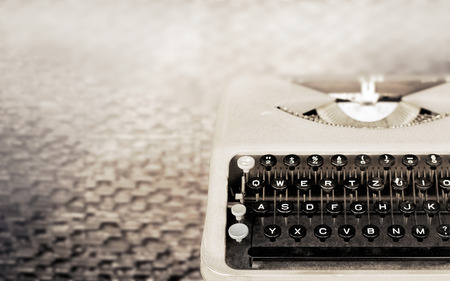 ヴィンテージ タイプライター、アンティークのタイプライター、ヴィンテージ色のトーンとソフト フォーカス