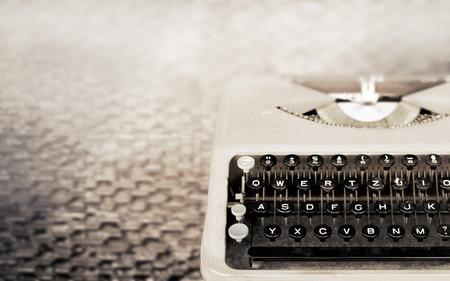 maquina de escribir: M�quina de escribir del vintage, m�quina de escribir antigua, el tono del color de la vendimia y enfoque suave