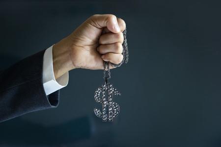 signo pesos: hombre de negocios y el signo de dólar en la mano Diamon forword éxito objetivo, concepto de negocio