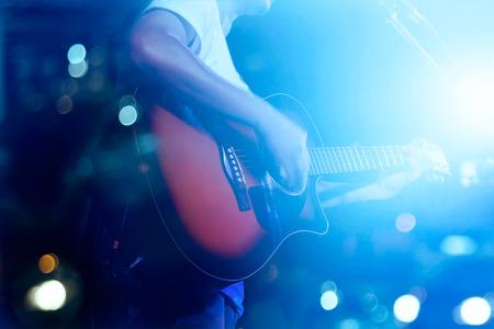 ruido: Guitarrista en concepto de fondo de etapa grunge, suave y desenfoque Foto de archivo
