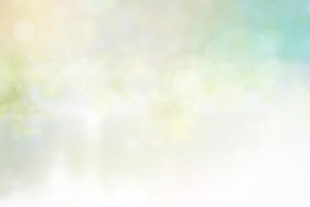 fondo: La luz del sol de fondo la naturaleza borrosa, Ultravioleta en el �rbol de las hojas en el lago con el bokeh suave, en colores pastel concepto de tono de color