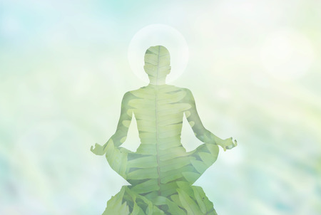 persona sentada: Meditación de la mujer abstracta en el fondo de la naturaleza blanda y energía en la cabeza, el concepto de la exposición Foto de archivo