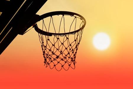 Basketballkorb im Freien in den Sonnenuntergang Silhouette