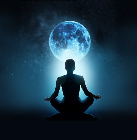 cuerpo completo: Mujer abstracta están meditando en luna llena azul con estrellas en el cielo nocturno de fondo oscuro, la luna imagen original de NASA.gov
