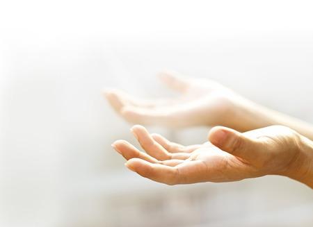orando: manos vac�as abiertas humanos con luz de fondo, borrosa y enfoque suave
