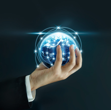 Zakenman die de kleine wereld in zijn handen op een donkere achtergrond houdt, Elementen van deze afbeelding die door NASA zijn ingericht