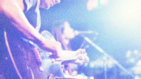 ruido: Guitarrista en el escenario de fondo, el concepto blando y desenfoque, ruido y estilo de grano Foto de archivo