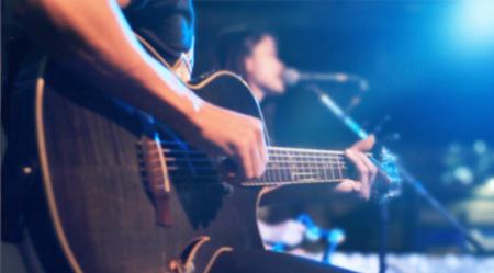 ソフトの背景のステージとぼかしのコンセプトにギタリスト