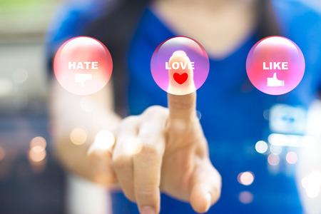 Abstrakt Frau Drücken modernen bunten Emotion Buttons, Liebe Konzept und Soft-Fokus