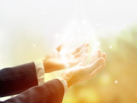 Cercle de guérison de la lumière, vieux guérisseur femme avec les mains ouvertes jusqu'à entouré d'un cercle blanc de la couleur et de la lumière de l'étoile blanche Banque d'images - 44278323