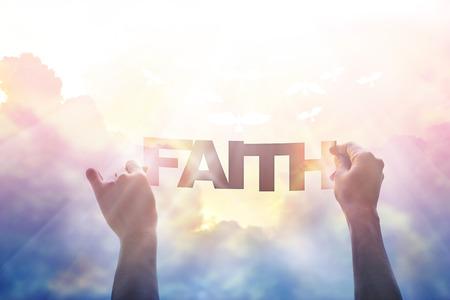 abstract, met de hand houden van een woord geloof in de kleurrijke hemel op de achtergrond van de natuur