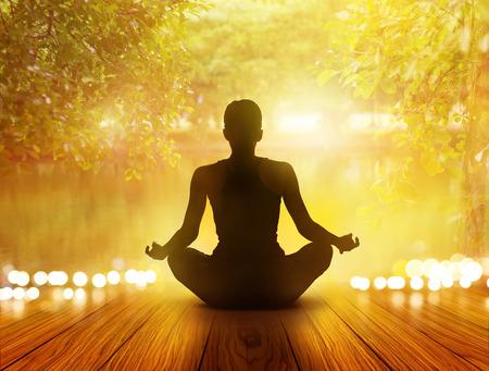 Frau wurde am Park und Natur, weicher Fokus meditieren im Sonnenaufgang und Lichtstrahlen Standard-Bild