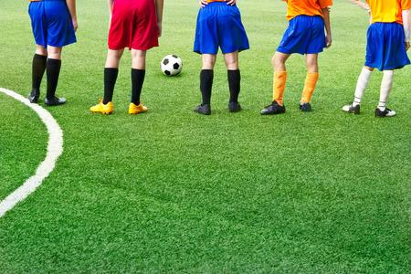 Jonge voetballers in het veld Soccer Academy Stockfoto - 45295835