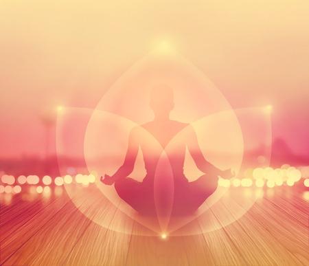 mujer meditando: abstracta de la mujer estaba meditando en la salida del sol y de los rayos de energía de la luz en el paisaje concepto, suave y la falta de definición