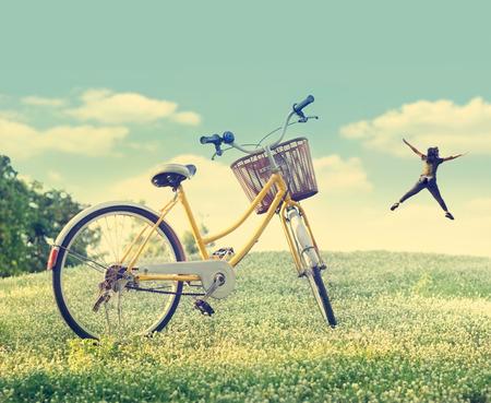 햇빛 자연 배경, 파스텔과 빈티지 색상 톤의 흰 꽃 필드와 잔디에 자전거