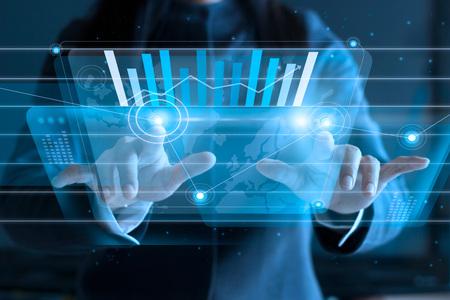 Business-Frau zu berühren virtuellen Bildschirm, schieben Symbol auf Medien im dunklen Hintergrund