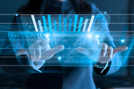 zakenvrouw raken virtuele scherm, duwen pictogram op media op een donkere achtergrond