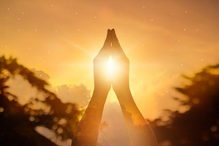 mujeres orando: Respeto y orar sobre fondo de naturaleza