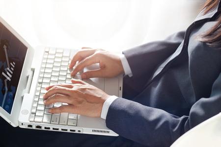 usando computadora: mujer de negocios usando la computadora portátil en el aeroplano