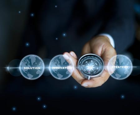 brujula: Hombre de negocios con una brújula que sostiene en la mano y la palabra de texto, las estrellas en el fondo de la noche,