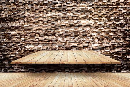 piso de madera y estantes en el fondo moderno de la pared textura de piedra Foto de archivo