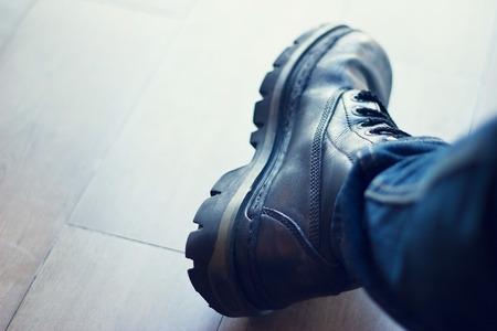 calzado de seguridad: El cargador de los hombres de cuero negro sobre fondo piso de madera Foto de archivo