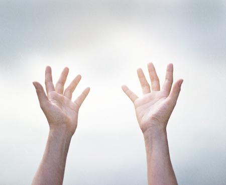 manos abiertas: Humanos manos vacías abiertas en la lluvia desde el cielo, borrosa y enfoque suave Foto de archivo