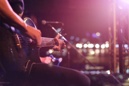 Gitarzysta na scenie na tle rozmycia, miękką i koncepcji