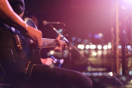 musico: Guitarrista en el escenario para el fondo, el concepto blando y desenfoque Foto de archivo