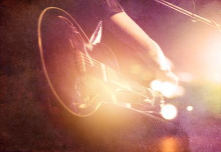 紙の上のステージでのギタリスト背景、柔らかい笑顔し、コンセプトをぼかし 写真素材 - 50572206