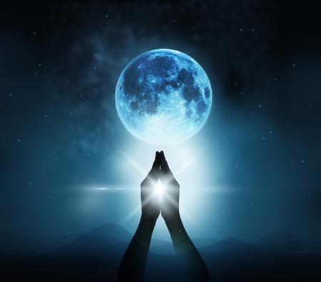 Respect en bidden op blauwe volle maan met de natuur achtergrond, beeld Origineel Stockfoto