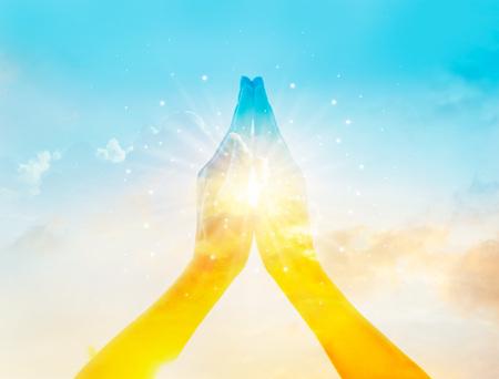 Abstracte kleurrijke respect en bidden op de hemel achtergrond