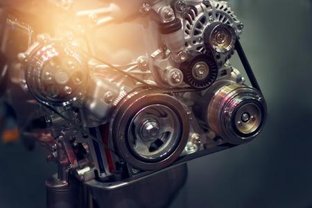 어두운 배경에 자동차 엔진 부품 스톡 콘텐츠