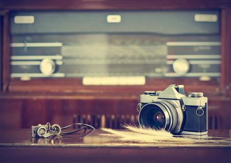 Appareil photo argentique vintage et fond de radio rétro sur le ton de couleur vintage Banque d'images