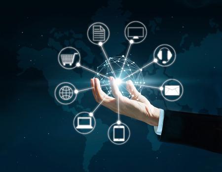 Handen die cirkel wereldwijde netwerkverbinding, Omni Channel of Multi-channel