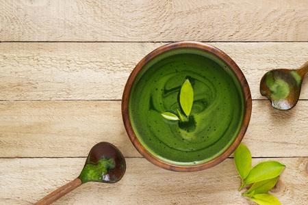 Zelfgemaakte groene thee, verfrissend voor de gezondheid op een witte achtergrond Stockfoto