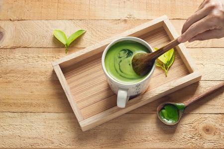 feier: Detox grüner Tee, erfrischend für die Gesundheit auf Holztablett Hintergrund Lizenzfreie Bilder