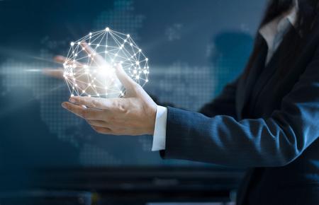Resumen de negocios, mujer de negocios círculo conexión de red global en la mano en el mapa en el fondo oscuro Foto de archivo